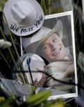 """<p>Una foto di Heath Ledger sul set di """"Brokeback Mountain"""" di fronte al palazzo dove l'attore è morto. REUTERS/Nicholas Roberts (UNITED STATES)</p>"""
