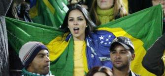 <p>Torcedora do Brasil mostra bandeira em amistoso contra Irlanda. No primeiro jogo do ano, a seleção brasileira pouco testou os atletas 'olímpicos' e bateu a Irlanda por 1 x 0, gol de Robinho, nesta quarta-feira, em Dublin. Photo by Russell Cheyne</p>