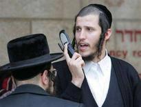 <p>Un giovane ebreo ortodosso parla al cellulare. REUTERS/Ammar Awad</p>