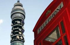 <p>L'opérateur de télécommunications britannique BT Group publie un excédent brut d'exploitation trimestriel courant pratiquement conforme aux attentes et dit s'attendre à une poursuite de sa croissance mais son chiffre d'affaires, en hausse de 1% seulement, est inférieur aux estimations. /Photo prise le 6 février 2008/REUTERS/Luke MacGregor</p>