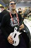 <p>Un giovane gioca a Guitar Hero. REUTERS/Rick Wilking (UNITED STATES)</p>