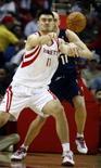 <p>O pivô do Houston Rockets, Yao Ming, faz passe durante jogo contra o Cleveland Cavaliers pela temporada regular da NBA. Yao Ming marcou 22 pontos e conseguiu 12 rebotes na vitória do Houston Rockets sobre o Cleveland Cavaliers, por 92-77, na noite de quinta-feira, pela NBA. Photo by Richard Carson</p>