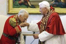 <p>Il Gran Maestro dell'Ordine di Malta, Andrew Bertie bacia la mano di Papa Benedetto XVI nel corso di un'udienza privata in Vaticano nel giugno del 2007. REUTERS/Alberto Pizzoli/Pool</p>