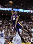<p>Kobe Bryant (pulando) marcou 36 pontos e Pau Gasol outros 30 na vitória do Los Angeles Lakers por 117 x 113 sobre o Orlando Magic nesta sexta-feira. Foto em Orlando, Flórida, 8 de fevereiro. Photo by Kevin Kolczynski</p>