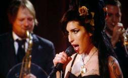 <p>Amy Winehouse faz show via satélite de Londres para a ceimônia do Grammy. A perturbada cantora britânica Amy Winehouse ganhou cinco prêmios Grammy na noite de domingo, mas não estava presente para recebê-lo, por causa do tratamento contra drogas que faz em Londres. Photo by Mike Blake</p>