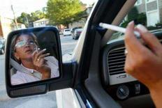 <p>Una donna fuma in macchina REUTERS/Shannon Stapleton/Files</p>