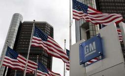 <p>Imagem de arquivo mostra bandeiras norte-americanas em frente à sede da GM nos Estados Unidos. A General Motors divulgou nesta terça-feira prejuízo forte no quarto trimestre e no ano, refletindo a queda no mercado norte-americano e perdas da ex-subsidiária financeira GMAC. Photo by Rebecca Cook</p>