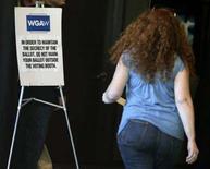 <p>Un membro del Writers Guild of America vota per decidere se terminare lo sciopero. REUTERS/Fred Prouser</p>