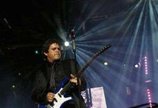 <p>Spanish singer Alejandro Sanz performs during a concert at the Saprissa Stadium in San Jose February 12, 2008. More than 100 celebrities from the singer Shakira to soccer star David Beckham backed Sanz in a dispute with Venezuela after a concert was canceled following his criticism of President Hugo Chavez. REUTERS/Monica Quesada</p>