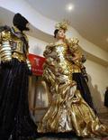 <p>Modelo usa o vestido decorado com 325 moedas de ouro austríacas. A maior joalheria japonesa exibiu na quinta-feira um vestido reluzente enfeitado com centenas de moedas de ouro, pesando oito quilos e avaliado em quase 30 milhões de ienes (275 mil dólares). Photo by Kim Kyung-Hoon</p>