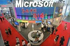 <p>Immagine d'archivio di uno stand di Microsoft al China International Software Expo 2005 a Pechino. REUTERS/Claro Cortes IV CC/dh</p>