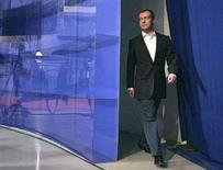 <p>Первый вице-премьер и кандидат в президенты России Дмитрий Медведев входит в телестудию для общения с журналистами в Красноярске. 15 февраля 2008 года. Выдержки из программного выступления кандидата в президенты РФ Дмитрия Медведева. (REUTERS/RIA Novosti/Dmitry Astakhov)</p>