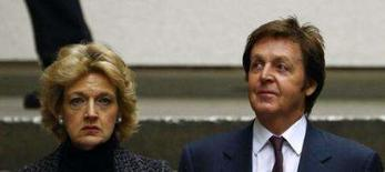 <p>O cantor e compositor britânico Paul McCartney (direita) e sua advogada Fiona Shackelton chegam ao tribunal em Londres. A batalha do divórcio entre McCartney e a ex-modelo Heather Mills deve se prolongar por uma segunda semana. Photo by Dylan Martinez</p>