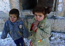 <p>Bambini afghani al freddo a Kabul. REUTERS/Ahmad Masood (AFGHANISTAN)</p>