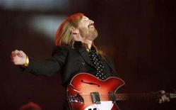 <p>Singer and songwriter Tom Petty performs during the half time show of the NFL's Super Bowl XLII football game between the New England Patriots and the New York Giants in Glendale, Arizona February 3, 2008. REUTERS/Lucy Nicholson</p>