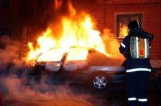 <p>Пожарный тушит горящий автомобиль в копенгагенском квартале Норребро 15 февраля 2008 года. Волна уличных беспорядков прокатилась по Копенгагену и другим датским городам на этой неделе, усилившись после повторной публикации в СМИ карикатур на пророка Мухаммеда. За прошедшую неделю участники беспорядков подожгли множество машин и совершили акты вандализма в нескольких школах. (REUTERS/Mogens Flindt/Scanpix)</p>