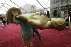 <p>A large Oscar statue is carried along the red carpet outside the Kodak Theater in Hollywood, February 25, 2005. REUTERS/Sam Mircovich SSM</p>