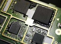 <p>Alcuni chip di un cellulare Toshiba. REUTERS/Toru Hanai (JAPAN)</p>