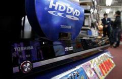 <p>Um player de HD DVD da Toshiba é exibido em loja de eletrônicos no Japão. A Toshiba levantou nesta terça-feira a bandeira branca na guerra do formato dos filmes de alta definição ao abandonar o formato HD DVD. A desistência ocorreu depois que a empresa perdeu apoio de estúdios de cinema e grupos de varejo importantes. Photo by Yuriko Nakao</p>