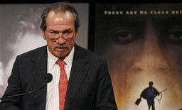 <p>Tommy Lee Jones presents an award during the National Board Of Review of Motion Pictures award gala in New York January 15, 2008. REUTERS/Lucas Jackson</p>