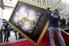 <p>Workers carry a large Oscar poster in front of the Kodak Theatre in preparation for the 80th annual Academy Awards in Hollywood February 20, 2008. The Oscars will be presented on February 24. REUTERS/Hector Mata</p>