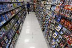 <p>Un uomo che si aggira in un negozio di dvd. REUTERS/Nicky Loh</p>