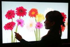 <p>Una donna guarda un nuovo modello di schermo Lcd della Sony. REUTERS/Yuriko Nakao</p>