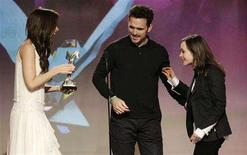 "<p>Actors Kate Beckinsale (L) and Matt Dillon (C) present actress Ellen Page the award for best female lead for the film ""Juno"" at the 2008 Film Independent's Spirit Awards in Santa Monica, California, February 23, 2008. REUTERS/Danny Moloshok</p>"