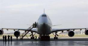 <p>Un Boeing 747 della Virgin Atlantic prima della partenza da Londra per Amsterdam, per il primo volo commerciale di un aereo con un serbatoio riempito di carburante bio. REUTERS/Luke MacGregor</p>