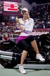 <p>Maria Sharapova posa para fotos com troféu do Aberto do Catar, em Doha. Ela derrotou a compatriota Vera Zvonareva na final disputada neste domingo. Photo by Fadi Al-Assaad</p>