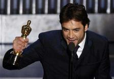<p>Ator Javier Bardem aceita Oscar de melhor ator coadjuvante por seu papel de um assassino no final 'Onde os Fracos Não Têm Vez'. Photo by Gary Hershorn</p>