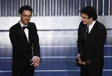 <p>Ethan (esquerda) e Joel Cohen recebem o Oscar de melhor filme por 'Onde os Fracos Não Têm Vez' durante a 80a cerimônia de entrega do mais importante prêmio do cinema mundial, no domingo, em Hollywood. Photo by Gary Hershorn</p>
