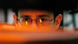 <p>Un uomo naviga al computer. Gli internet service provider pakistani potrebbero aver bloccato inavvertitamente il popolare sito di YouTube in tutto il mondo nel fine settimana quando hanno limitato l'accesso locale al sito, secondo quanto riferito da un funzionario delle telecomunicazioni. REUTERS/Chris Pizzello</p>