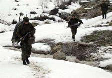 <p>Турецкие военнослужащие патрулируют один из районов граничащей с Ираком провинции Сирнак 26 февраля 2008 года. Число курдских боевиков, убитых в ходе военных операций Турции на севере Ирака, возросло до 153 человек, сообщил генеральный штаб турецких вооруженных сил в понедельник. (REUTERS/Stringer)</p>