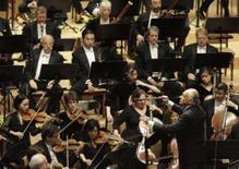 <p>O maestro Lorin Maazel (dir) rege a Filarmônica de New York durante concerto na Coréia do Norte. A mais antiga orquestra dos Estados Unidos fez na terça-feira um inédito concerto na Coréia do Norte, despertando em ambos os países a perspectiva de mais harmonia em suas relações. Photo by David Gray</p>