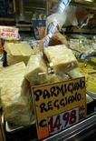 """<p>Сыр """"Parmigiano Reggiano"""" в магазине в Риме 20 мая 2003 года. Немецким производителям не придется отказываться от названия """"Пармезан"""" для сыров, сделанных вне итальянской провинции Парма, постановил Европейский суд во вторник. (REUTERS/Alessia Pierdomenico)</p>"""