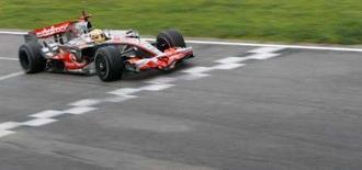 <p>O piloto da McLaren Lewis Hamilton foi o mais rápido em Barcelona pelo segundo dia seguido, nesta terça-feira, nos testes finais para a temporada da Fórmula 1, que começa em 16 de março na Austrália. Foto de carro de Hamilton em Montmelo, perto de Barcelona, 25 de fevereiro. Photo by Albert Gea</p>