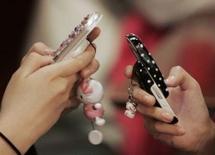 <p>Le cabinet d'études Gartner estime que a croissance en volume du secteur de la téléphonie mobile devrait commencer à ralentir autour de la barre des 10% cette année, les marchés européen et nord-américain étant arrivés à maturité. /Photo d'archives/REUTERS/Kim Kyung-Hoon</p>
