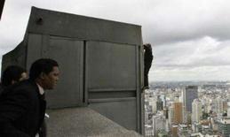 <p>O francês Alain Robert, conhecido como o 'Homem-Aranha francês', começa descida pelo Edifício Itália, no centro de São Paulo. Photo by Rickey Rogers</p>