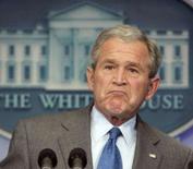 <p>Bush defende Nafta e pressiona por votação sobre Colômbia. O presidente dos EUA, George W.Bush, criticou na quinta-feira os pré-candidatos democratas à sucessão dele por sugerirem que o país poderia desistir do Nafta. 28 de fevereiro. Photo by Larry Downing</p>