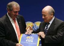 <p>O presidente da Agência Mundial Anti-Doping (ADA), John Fahey (esq), recebe bandeira da FIFA das mãos do presidente da entidade, Joseph Blatter, durante conferência em Zurique. A Fifa concordou assinar o código revisado da Wada, disse nesta sexta-feira o presidente da entidade, Joseph Blatter. Photo by Christian Hartmann</p>