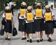 <p>Immagine d'archivio di scolare che escono da scuola. REUTERS/Toshiyuki Aizawa (JAPAN)</p>