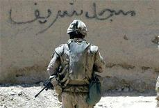 <p>A Canadian soldier from the NATO-led coalition walks through the village of Hajano Kali in Arghandab district, southern Afghanistan July 9, 2007. Canada is once again handing over prisoners captured by its troops to Afghan authorities, a practice that was halted last November amid fears of abuse, military officials said on Friday. REUTERS/Finbarr O'Reilly</p>
