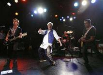 <p>Members of Sex Pistols (L-R) Glen Matlock, Johnny Rotten, Paul Cook and Steve Jones perform at the Roxy bar in Los Angeles October 25, 2007. REUTERS/Mario Anzuoni</p>