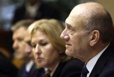 <p>O primeiro ministro israelense Ehud Olmert (dir) em conferência de gabinete em Jerusalém, neste domingo. Olmert disse após o retorno de tropas do país da Faixa de Gaza, nesta segunda-feira, que futuras ações militares israelenses devem acontecer como resposta aos foguetes lançados por palestinos a partir do território controlado pelo Hamas. Photo by Pool</p>