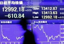 <p>A maior parte dos índices acionários da Ásia fechou em baixa na terça-feira, com preocupações sobre uma demanda mais fraca dos Estados Unidos e sobre o efeito das altas recordes de commodities nos custos de muitas empresas. Photo by Issei Kato</p>