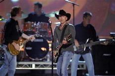 <p>Kenny Chesney performs during the 42nd annual Academy of Country Music Awards show at the MGM Grand Garden Arena in Las Vegas, Nevada May 15, 2007. REUTERS/Steve Marcus</p>
