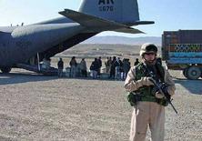 <p>Американский солдат стоит на посту на базе ВВС США в Карши. 30 июля 2005 года, Узбекистан. Узбекистан может позволить американским военным, которых выпроводил со своей территории в 2005 году, использовать для обеспечения операции в Афганистане авиабазу, арендуемую немецкими ВВС. (REUTERS/U.S. Air Force/Capt. Jason Jensen/Handout/File)</p>