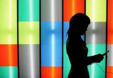 <p>Le développement des réseaux sociaux et le lancement de la nouvelle plate-forme N-Gage de Nokia offre aux éditeurs de jeux vidéos sur mobile l'occasion de se refaire un santé après une année 2007 morose. /Photo d'archives/REUTERS/Kiyoshi Ota</p>