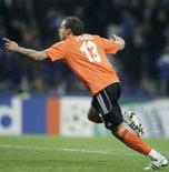 <p>O camisa 4 do Schalke, Jermaine Jones, celebra o gol contra o Porto REUTERS. Photo by Miguel Vidal</p>